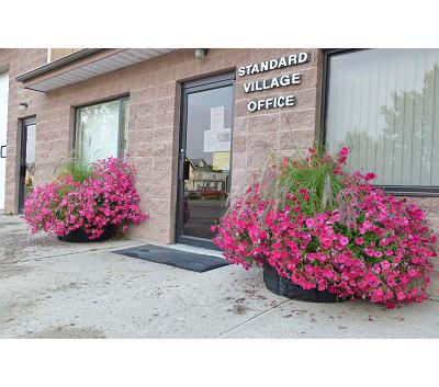 Sierra Stone self watering planter round - standard Village office